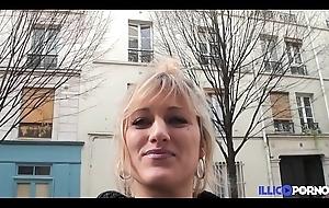 Bonne milf fair-haired bang devant little one mari, herd Noël [Full Video]