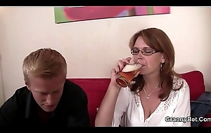 The man superannuated woman gives doper and rides cock