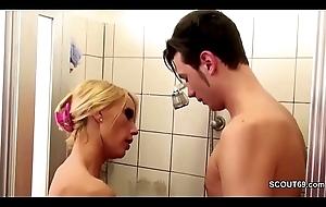 Geile Stief-Mutter fickt ihren Bubi Stief-Sohn with der Dusche