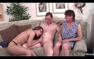 Mumble und Stief-Schwester helfen ihm bei seinem ersten Fick
