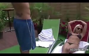 MILF Mutter fickt den jungen Sohn der Nachbarin im Freibad
